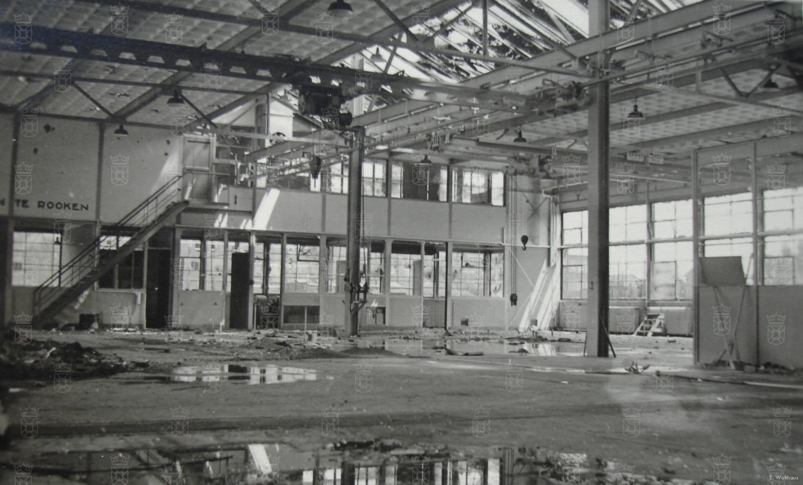 Het interieur van een door oorlogshandelingen beschadigde hangar op Valkenburg.