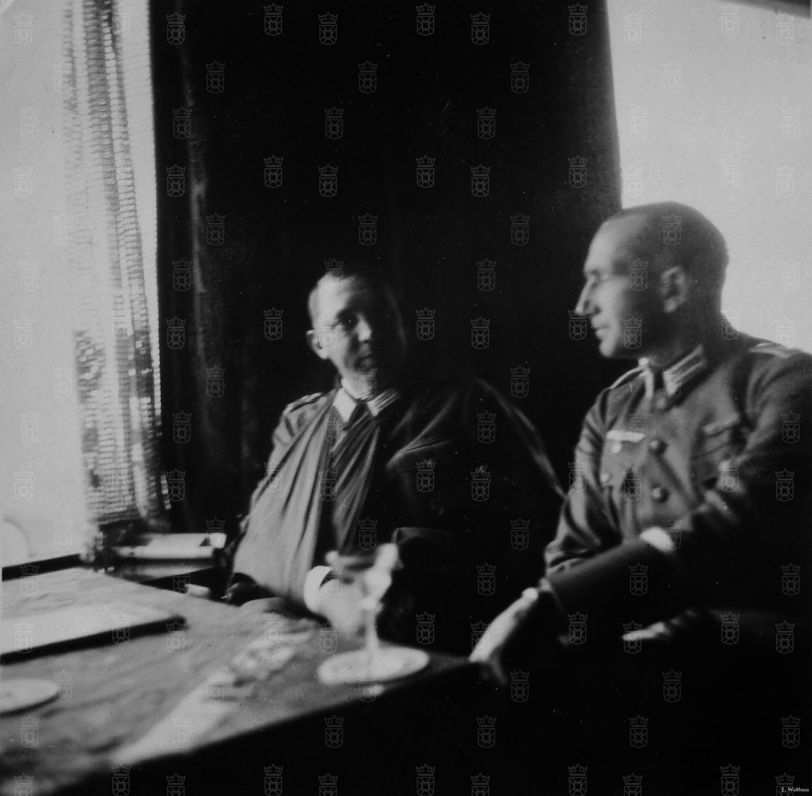 Oberst Kurt Heyser, hier links afgebeeld met één van zijn officieren in Hotel Restaurant de Zwaan aan de Katwijkse boulevard.