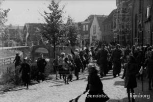 Een uitzinnige menigte op het Rapenburg onderweg naar het huis van Dr. van der Laan.