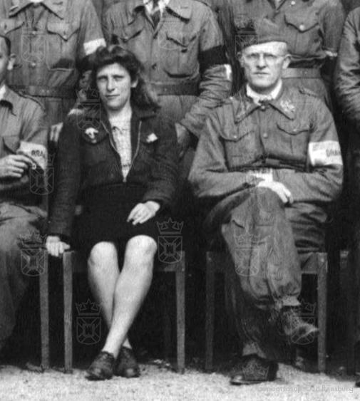 Atie in haar functie van arrestatiecommandant in Rijnsburg, rechts van haar Ds Henk Post.