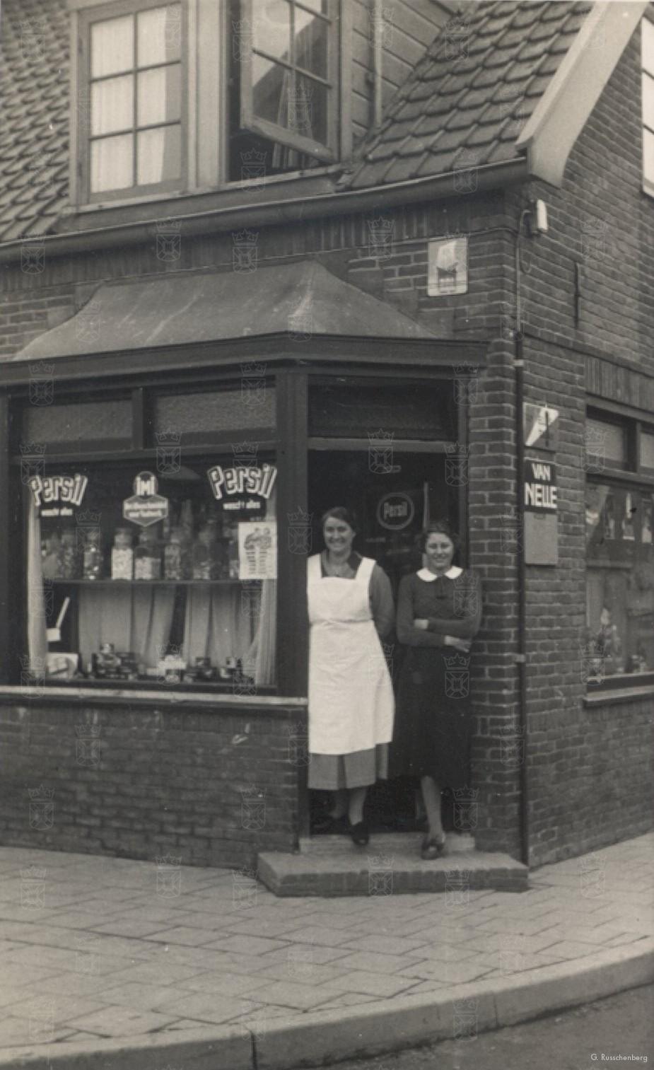 Mevr. Meijer voor haar winkel.