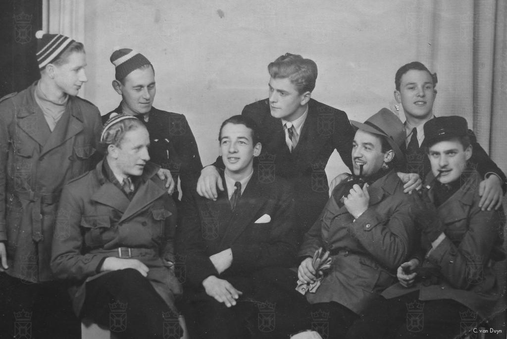 De groep na aankomst in Zweden. De eerste persoon linksonder zittend is Neil. Verder op deze foto onder andere verzetsstrijder Gerard Kouwenhoven, Jan Borg, Rudi Woest en Eddie Woest.