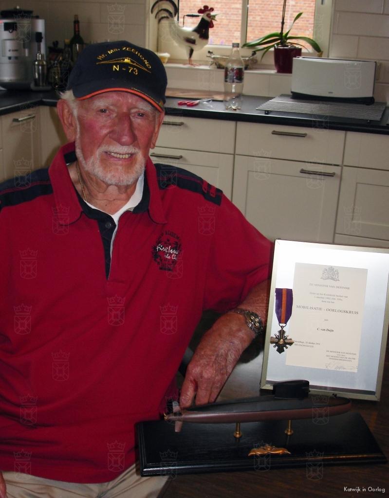Neil, met zijn mobilisatie-oorlogskruis en een schaalmodel van zijn geliefde onderzeeër.