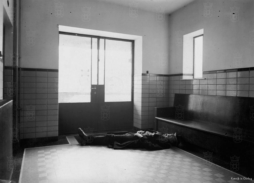Het lichaam van Pieter Maaskant voor de buitendeur van de vestibule waar hij werd neergeschoten.